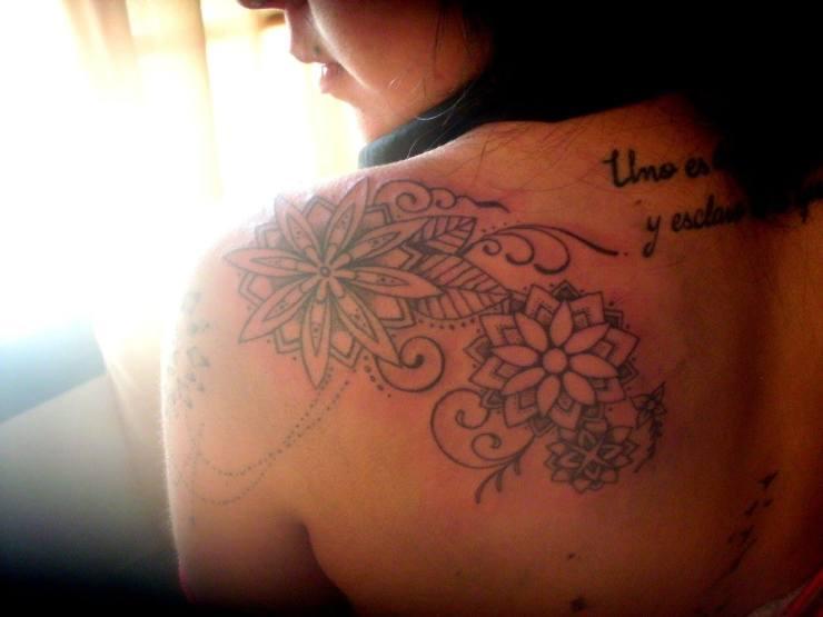 gui-mi-amiga-mas-tatuada-hombro-de-mandalas-segunda-sesion